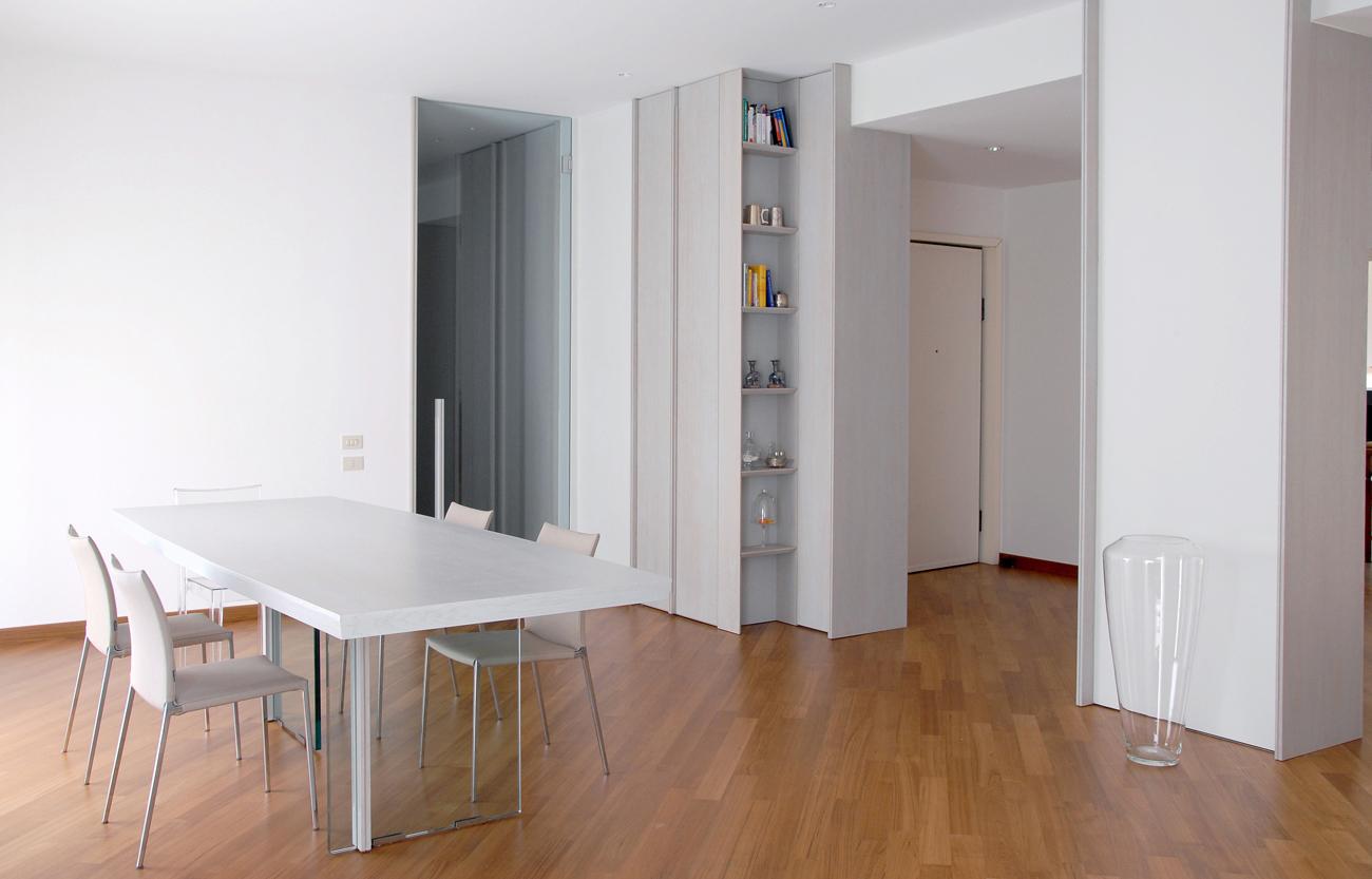 Tavolo in legno con basamento in vetro